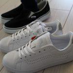 シンプルな白のスニーカー コンバースと比較してバンズを購入しました